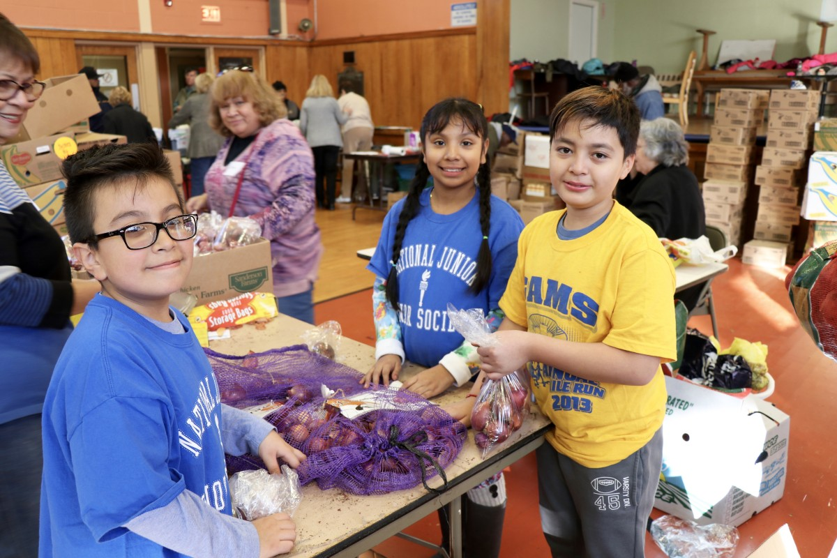 Students organize food to distribute