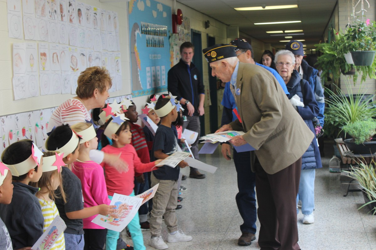 Students greet Veteran
