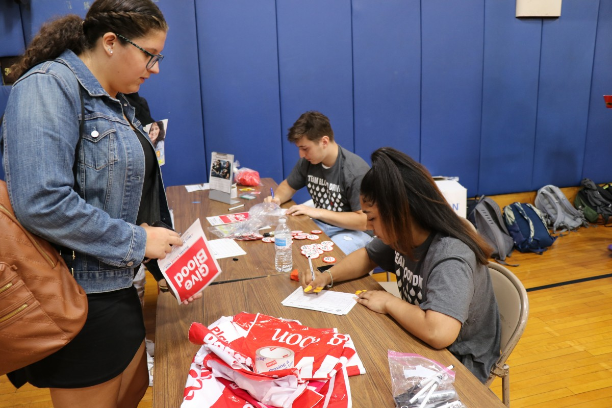 Students sign in donor.