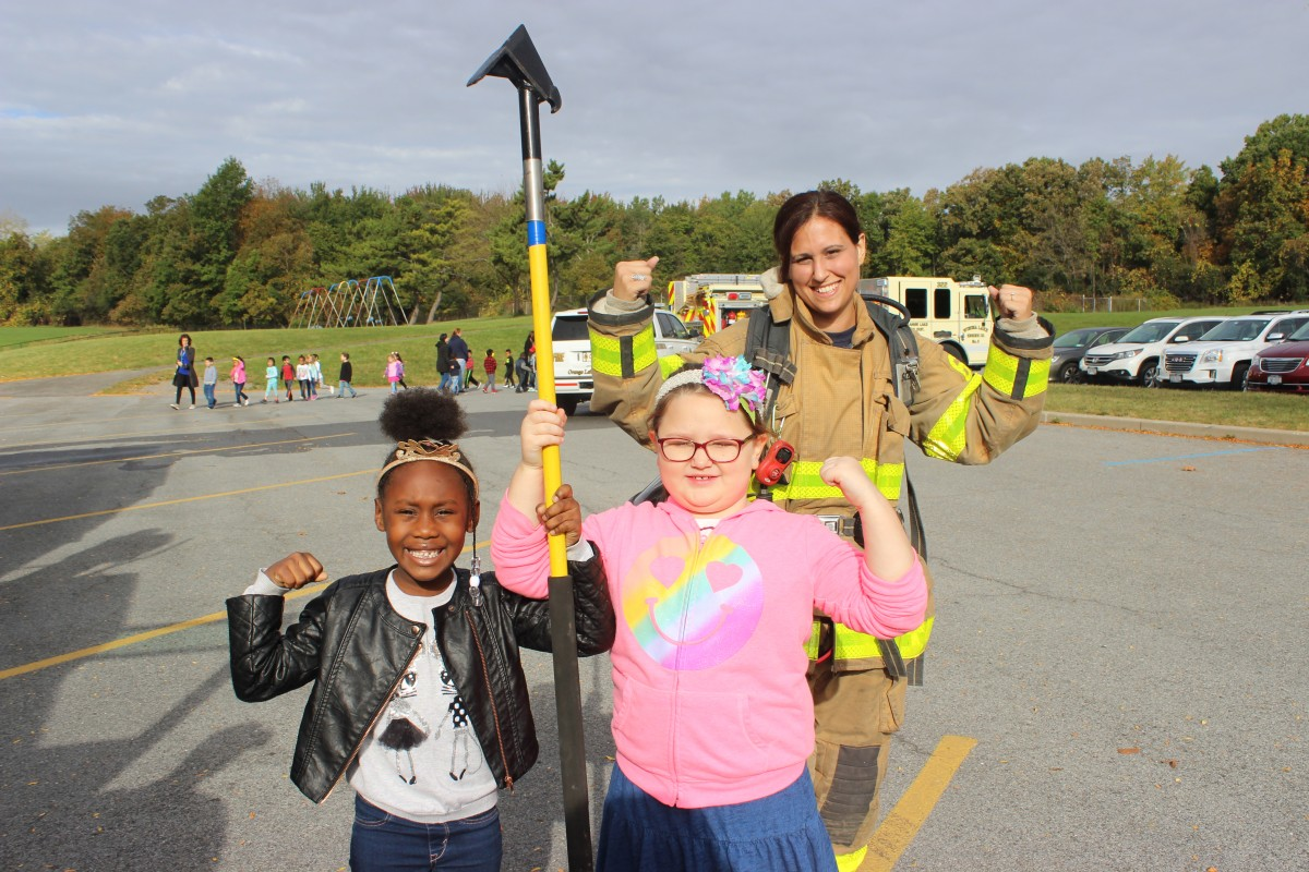 Students posing with firefighter
