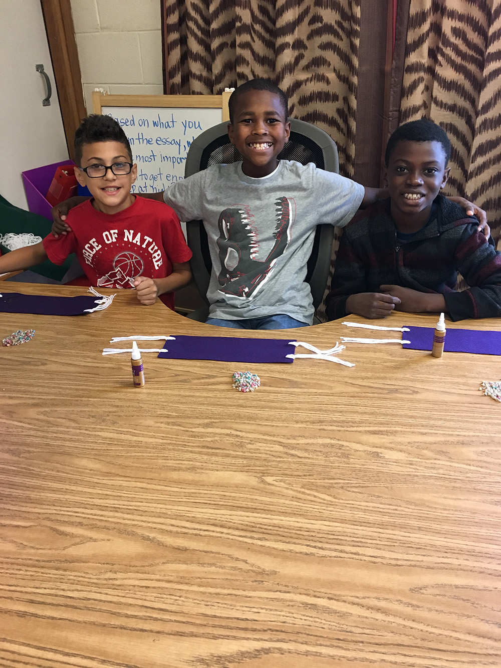 THA 4th Graders work on wampum belts 4